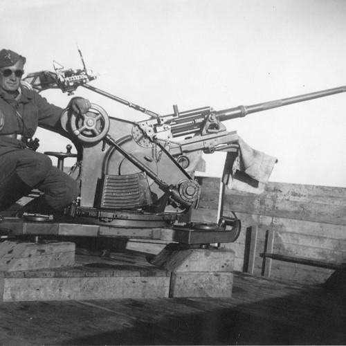 IMG_20180710_0001 - Tysk soldat ved 2 cm Flak 30, tårn. Oddesund.jpg